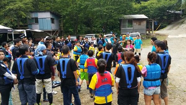 右京さんが渓流での注意事項を説明しています。